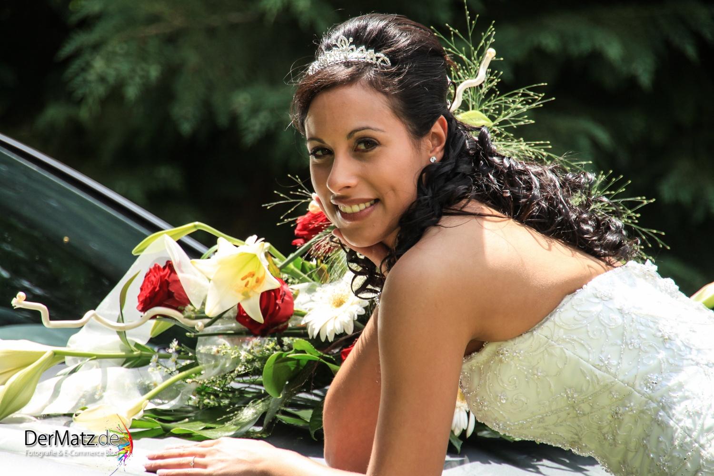 Braut mit Brautstrauß und Kleid