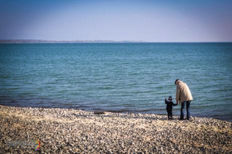 Opa mit Enkel am Strand