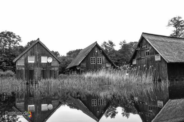Alte Bootsschuppen in einem Kanal zur Müritz