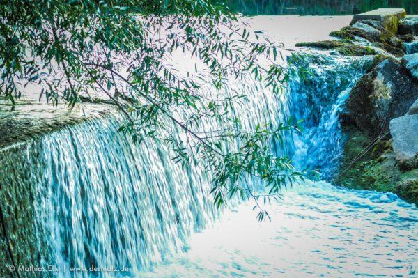 Wasserfall mit Blättern