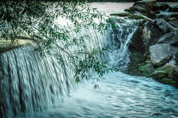 Wasserfall mit Ästen