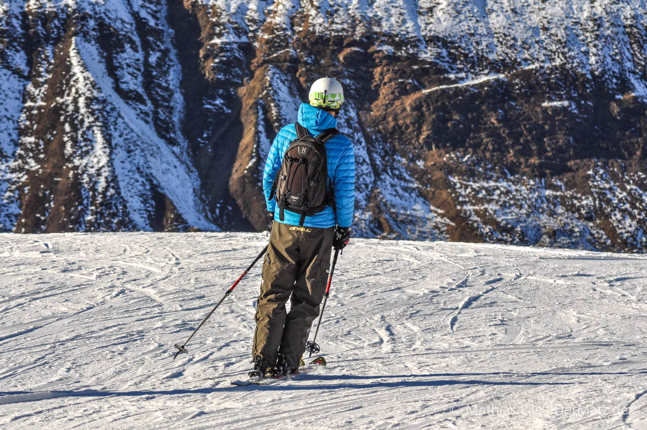 Skifahrer im Schnee - Abfahrtsski